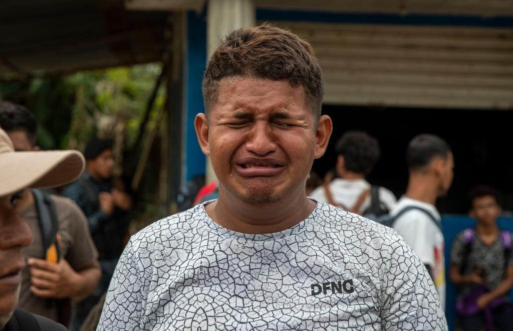 Caravan migrant cries out